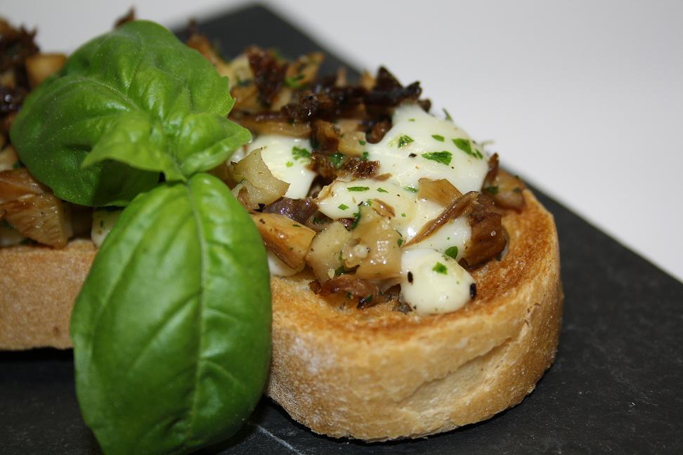 Italienische Bruschetta mit getrockneten Austernpilzen und Mozzarella.