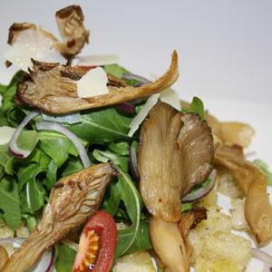 Sommerlicher Salat mit getrockneten Austernpilzen