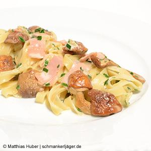 Leckere Pasta mit Mandelpilzen & Schinken in Sahnesauce.