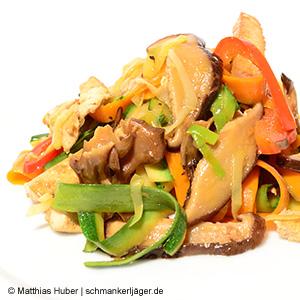 Asiatische Vitalpilze Shiitake und Maitake mit frischem Gemüse und Tofu