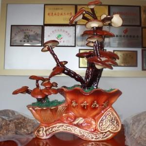 Dekorativer echter Reishi Vitalpilz in einem Laden in China. Daneben Beutel mit getrocknetem Reishi.