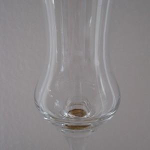 Weinglas mit Goldkugel. Foto: Martin Vitt