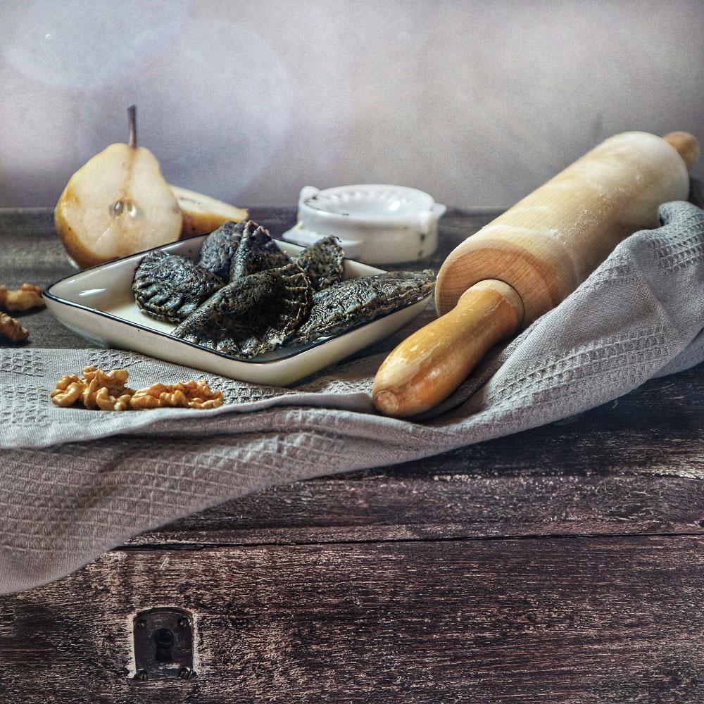 Black Food - Schwarze Herbsttrompeten-Ravioli.