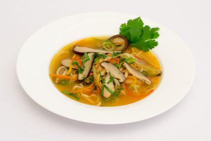 Asiatische Suppe mit getrockneten Shiitake und Mie-Nudeln