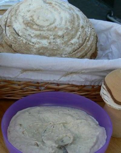 Steinpilz-Sauerteig-Brot mit Aufstrich